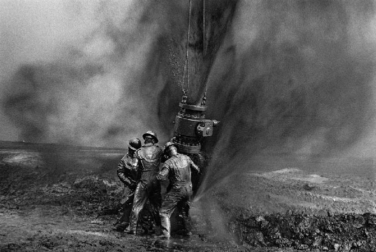 S Salgado, ouvriers sur un champs pétrolifère au Koweit